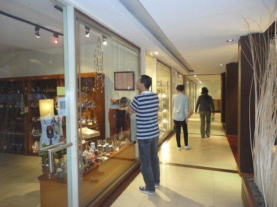 Raices Esturion Hotel: Locales comerciales muy completos