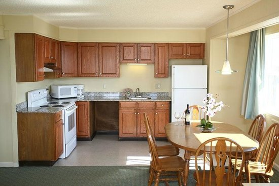 Camelot Motel : Fully Equipped Kitchen with Large Refrigerator & Electric Oven