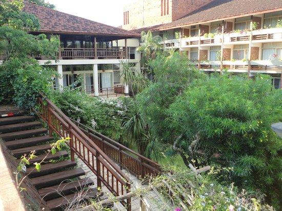 Raices Esturion Hotel: Vista desde la escalinata a la piscina