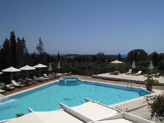 Hotel Gerakas Belvedere Luxury Suites: streek met zwembad