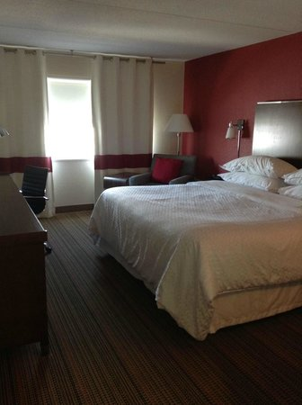 Four Points by Sheraton Winnipeg International Airport: Our room
