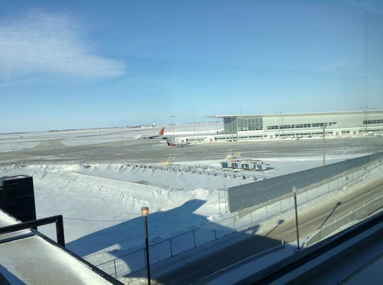 Four Points by Sheraton Winnipeg International Airport: Great runway view