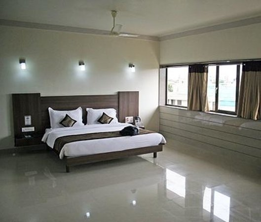 Hotel Vishal International: bedroom area - modern and clean