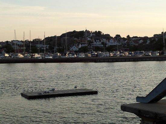 Roligheden Ferieleiligheter: kveldsbilde fra sjøområdet 300 meter fra hotellet.