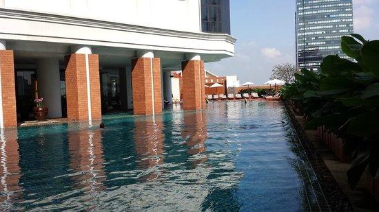 lebua at State Tower: Pool vom Frühstücksbereich aus