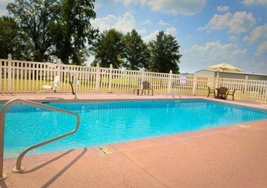 Comfort Inn: Refreshing Pool