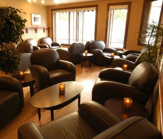 The Adventure Hotel: Louie's Steakhouse & Lounge