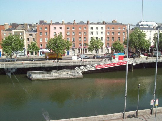 Abigails Hostel: A view of the Liffey from my dorm room window.