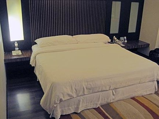 Fortune Inn Haveli: large comfortable bed