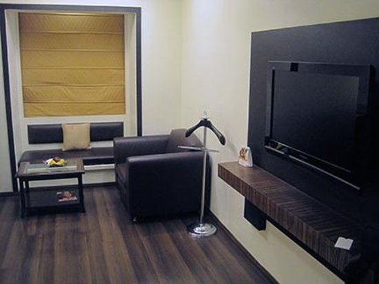 Fortune Inn Haveli: bedroom sitting area and flat screen TV