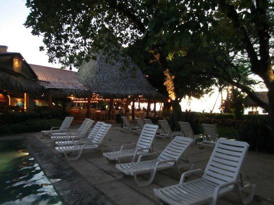 Hotel Tamarindo Diria: Matapalo Restaurant area and bar