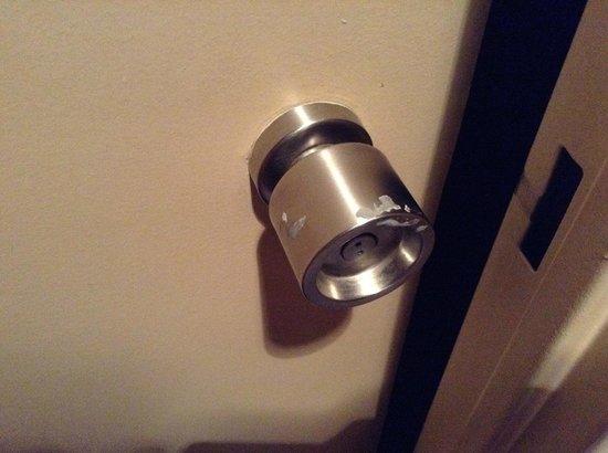 Hotel Cosmos : Ручка двери ванной комнаты