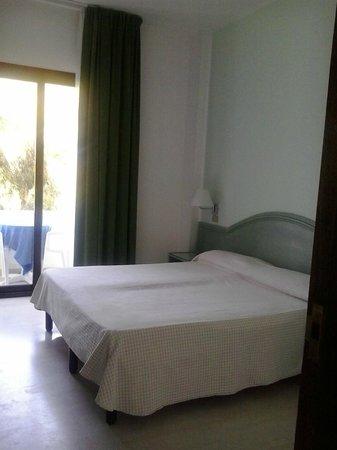 Hotel Gargano: letto con finestra e balconcino