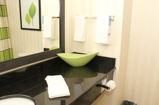 Fairfield Inn & Suites White River Junction: Bathroom with Decor