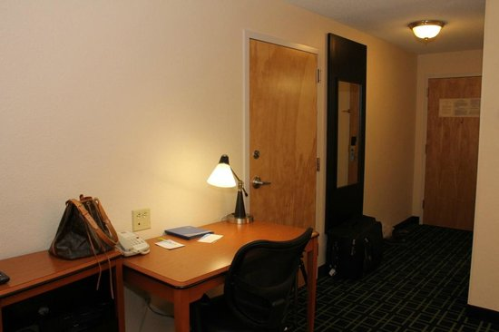 Fairfield Inn & Suites White River Junction: Spacious Room