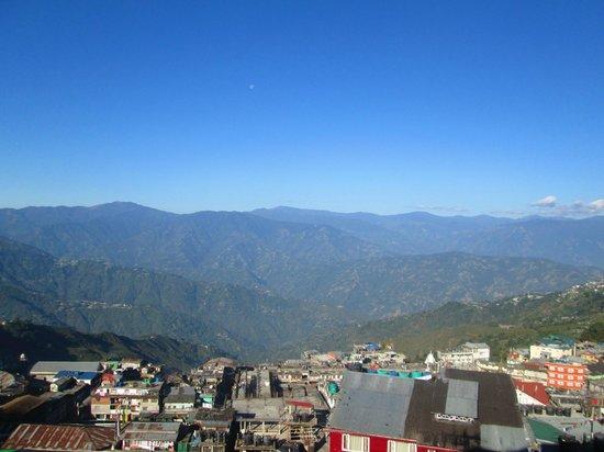 Dekeling Hotel: View over Darjeeling from attic room