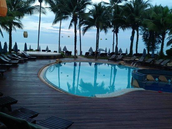 Khaolak Bayfront Resort Hotel Khao Lak: Lower pool at dusk