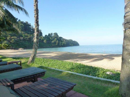 Khaolak Bayfront Resort Hotel Khao Lak: Beach from hotel sunbeds