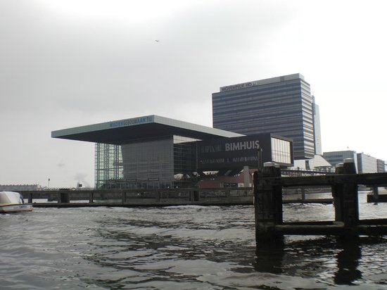 Movenpick Hotel Amsterdam City Center : Vista dell'hotel dal fiume Ij