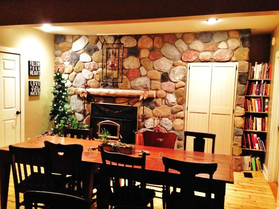 Goldberry Woods Bed & Breakfast Cottages : Part of the dining room