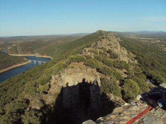 Monfrague National Park: Vista desde el castillo (su sombre se refleja) de la zona del Puente del Arzobispo.
