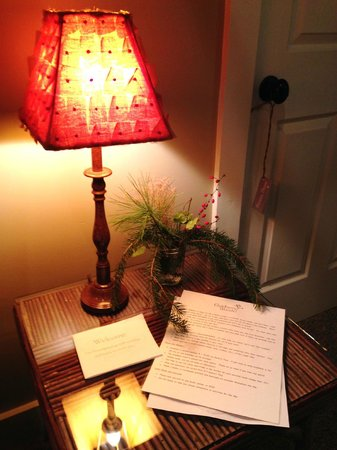 Goldberry Woods Bed & Breakfast Cottages : Little welcome in our room with a beautiful little live arrangement