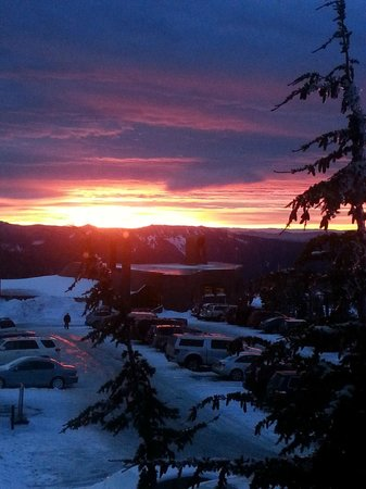 Timberline Lodge : Sunrise from our bedroom window :)