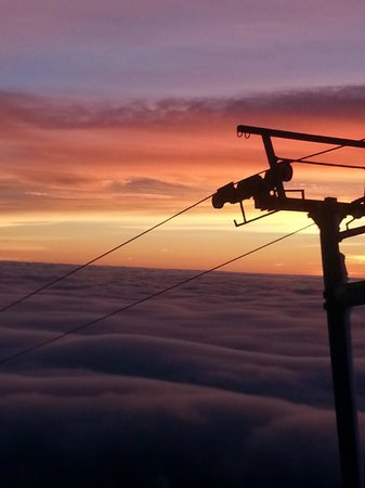 Timberline Lodge: Awesome sunset from top of Palmer lift Snow Cat Ride!