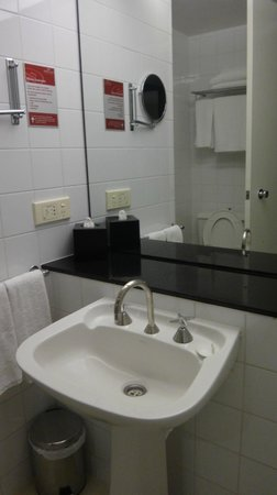 Crowne Plaza Hotel Canberra: Bathroom