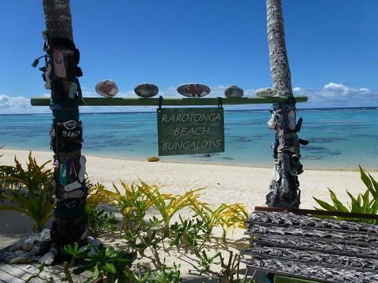 Rarotonga Beach Bungalows : Excellent snorkeling! (and the sign doesn't block the views)
