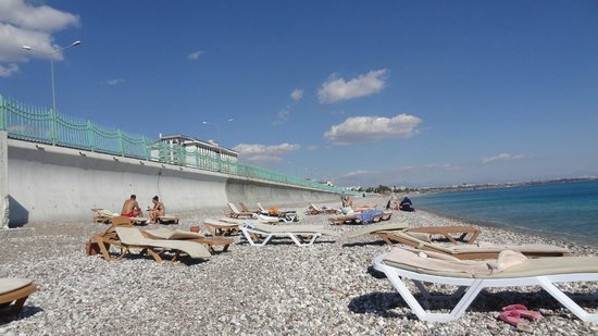 Crowne Plaza Hotel Antalya: пляж отеля