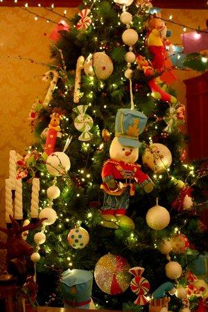 Hotel Casa da Montanha: uma das inúmeras árvores de natal
