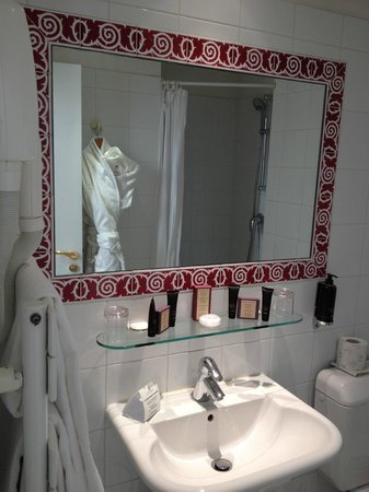 Hotel d'Orsay - Esprit de France: Bathroom