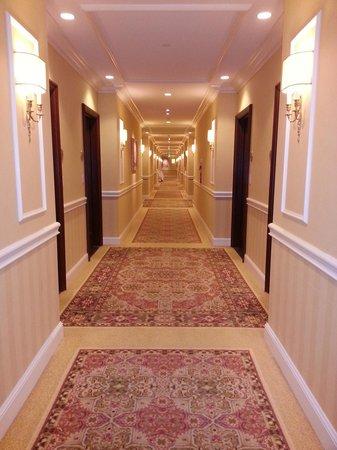 Four Seasons Hotel Westlake Village: Interior communal hallway