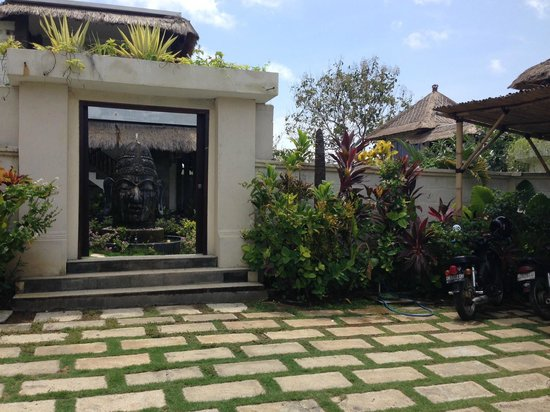 Hill Dance Bali, American Hotel: Our first view of Nona's