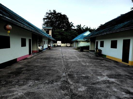 Palm Inn Resort : every room has a carpark