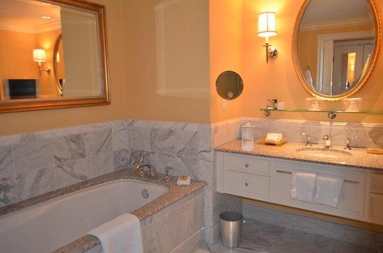 Four Seasons Hotel Westlake Village: Guest suite bathroom