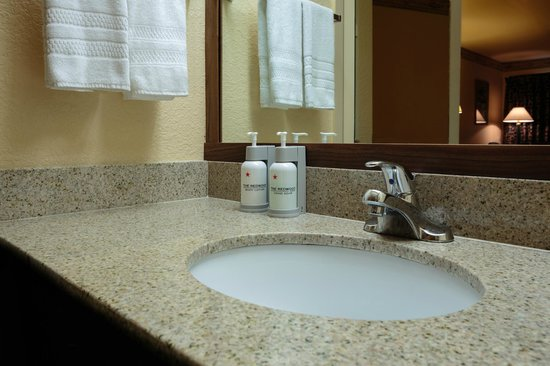 The Redwood Riverwalk Hotel: Vanity with Spa Grade Amenities - Eco Dispensers