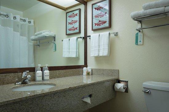 The Redwood Riverwalk Hotel: The Redwood Executive King Bathroom