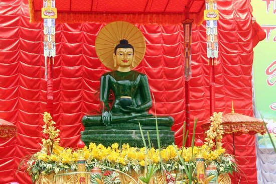 The Great Stupa of Universal Compassion: The Jade Buddha on tour in Van An
