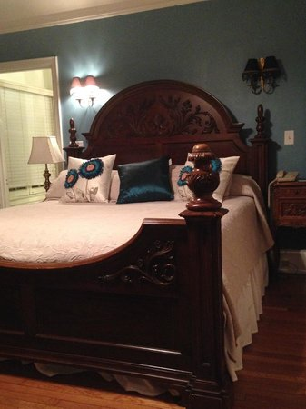The Club Continental Suites: Bed