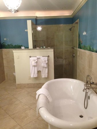 The Club Continental Suites: Huge new bathroom