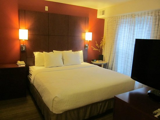 Residence Inn Phoenix Glendale/Peoria : King bed open to desk area, excellent bedding, and effective blackout curtains for sleeping-in l