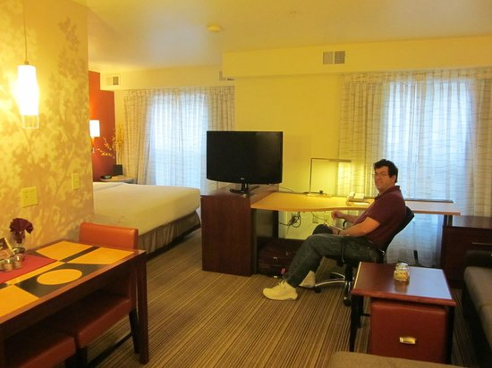 Residence Inn Phoenix Glendale/Peoria: TV can swivel between the desk area and the bed, nice large windows