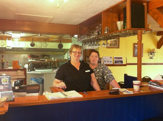 MidTrail Motel & Inn : Two lovely ladies, serving simple but delicious food