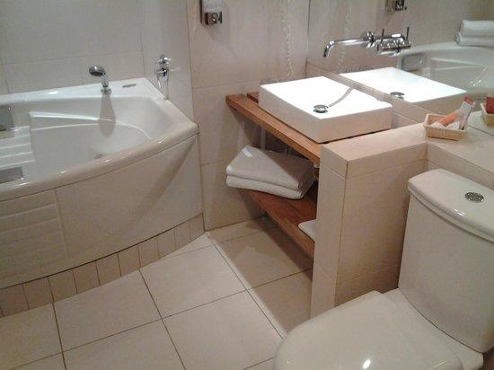 Hotel Rey Don Felipe: bathroom with jacuzzi