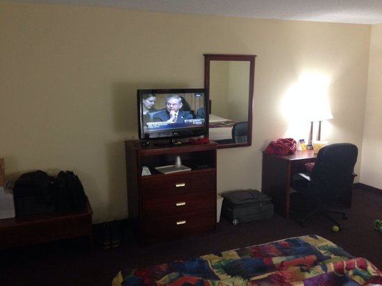 BEST WESTERN Parkside Inn: Nice TV plenty if channel. Work desk and table in the room.