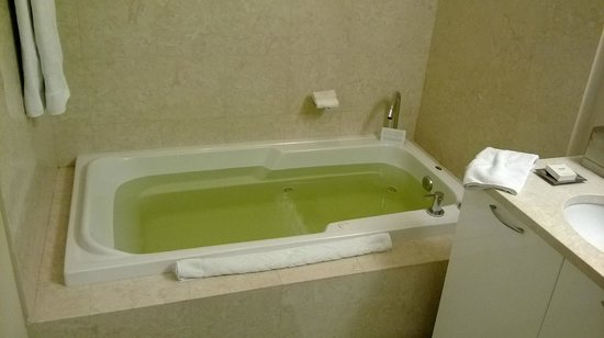 Hilton Fort Lauderdale Beach Resort: One bedroom suite - this is the color of water in Ft Lauderdale