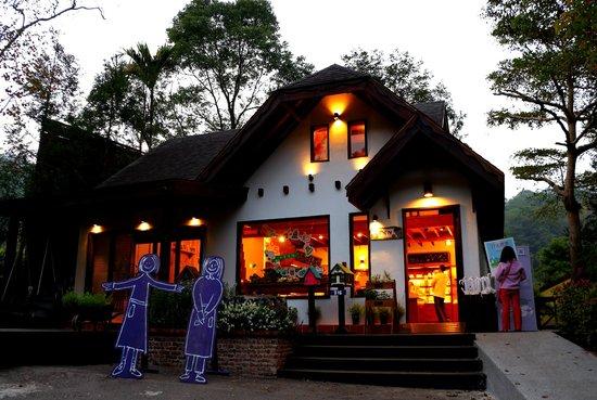 Lavendar Cottage: The lovely retail shop.