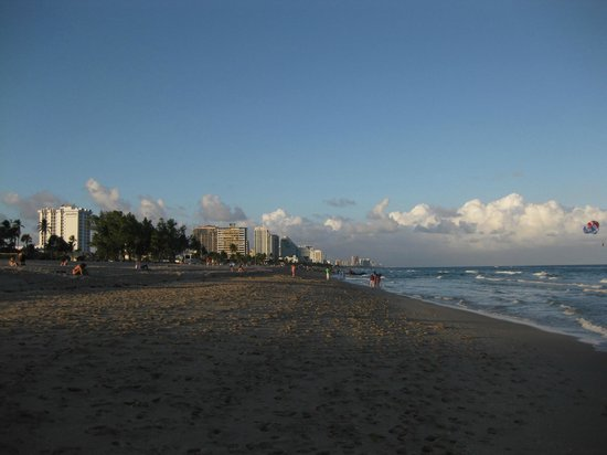 Bahia Mar Fort Lauderdale Beach - a Doubletree by Hilton Hotel : View to the left of the hotel on the beach